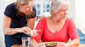 Consejos para facilitar las comidas de personas con demencia