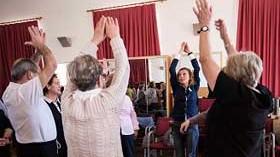 Fisioterapeutas madrileños participan en una campaña de prevención de lesiones en mayores
