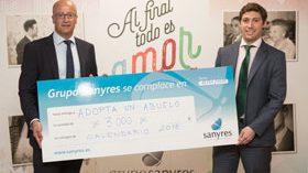 Sanyres entrega a Adopta un abuelo la recaudación su calendario solidario