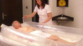 Sanebath, una bañera hinchable que facilita al cuidador el aseo de personas encamadas