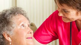 Elderspeak, una microagresión habitual hacia los mayores socialmente aceptada