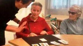 Amma imparte talleres de magia como terapia de estimulación cognitiva