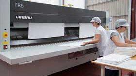 El plegador FRB de Girbau mejora y agiliza el trabajo de los operarios de lavandería