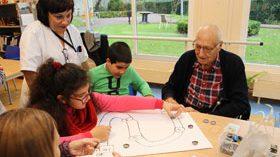 Hacer del patio del colegio un espacio de juegos intergeneracionales