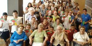 """Más de mil personas, entre mayores, niños y adolescentes, participan en la primera edición de la campaña """"Un abuelo, un amigo"""""""