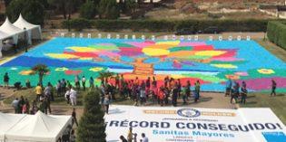 Mayores de Sanitas consiguen el Guinnes del mosaico de cartón más grande del mundo