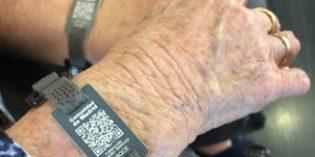 5.000 mayores madrileños con Alzheimer recibirán una pulsera de emergencia con código QR