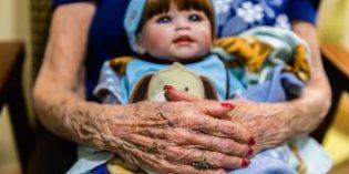 Un curso aborda el uso terapéutico de muñecas en personas con demencia