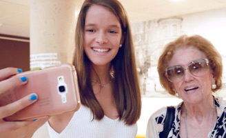 El proyecto para paliar la soledad de los mayores Adopta un Abuelo distinguido en los Premios al Voluntariado Universitario
