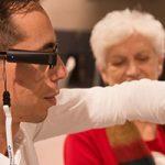 OrCam MyEye 2, un dispositivo  para personas con baja visión o ciegas que lee textos y reconoce caras y productos