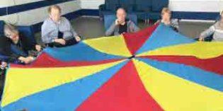 Geroinnova incorpora actividades de psicomotricidad adaptada con paracaídas para los mayores