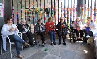"Mayores de la residencia IMQ Igurco Bilbozar se apuntan al ""urban knitting"""