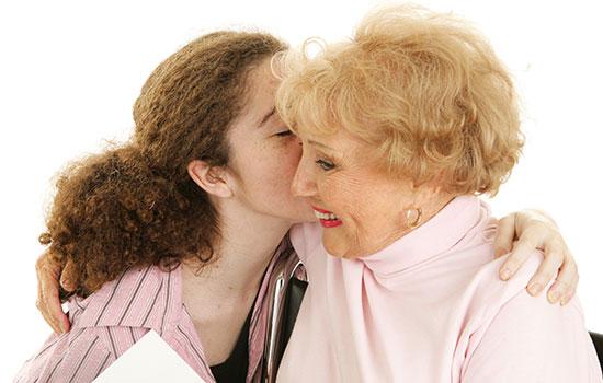 geriatricarea escucha personas mayores